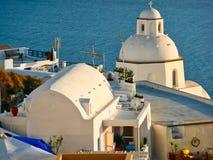 Griechisch-orthodoxe Kirche, die das Ägäische Meer, Santorini, Griechenland übersieht stockfotografie