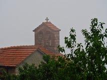 Griechisch-orthodoxe Kirche im starken Nebel, Griechenland lizenzfreie stockfotos