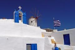 Griechisch-orthodoxe Kirche und traditionelle Windmühle, Oia, Santorini, Griechenland stockbild