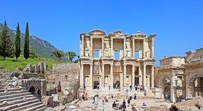 Griechisch-römische Ruinen des nicht identifizierten Touristenbesuchs von Ephesus stockfotografie