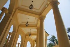 Griechische Architektur am sonnigen Tag Lizenzfreies Stockfoto