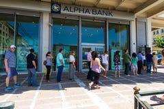 Griechische Bürgeranordnung an einem ATM Stockfotos