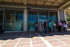 Griechische Bürgeranordnung an einem ATM Stockbild