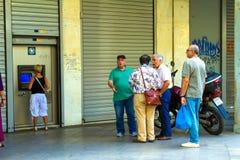 Griechische Bürgeranordnung an einem ATM Lizenzfreie Stockfotos