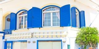 Griechische blaue Fenster und Blendenverschlüsse. Lizenzfreie Stockfotografie