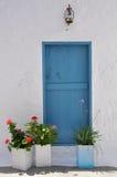 Griechische blaue Tür Stockfotos