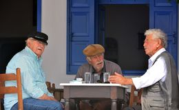 Griechische Dorfbewohner an der Taverne Stockfotos