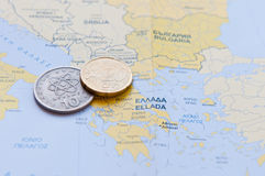 Griechische Drachme und Eurocent auf einer griechischen Karte Lizenzfreie Stockbilder