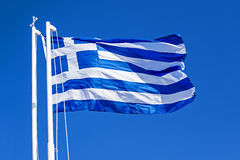 Griechische Flagge gegen blauen Himmel Stockbilder