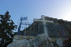 Griechische Flagge hinter Stacheldraht und einem Kreuz lizenzfreie stockfotos