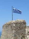 Griechische Flagge im Hintergrund des reinen blauen Himmels und des Meeres Stockbild