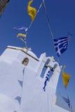 Griechische Flaggen, die auf Kirche fliegen Lizenzfreies Stockfoto