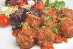 Griechische Fleischklöschen und Salat Stockfotografie