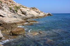 Griechische Insel-schöne Küstenlinie Stockfotos