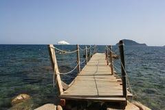 Griechische Insel von Zakynthos, von der Pier es möglich ist, um in das Meer zu springen Lizenzfreies Stockfoto