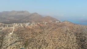 Griechische Inselküste mit klarem blauem Meer, Felsen über dem Wasser, an einem Sommertag Schattenbild des kauernden Geschäftsman stock footage