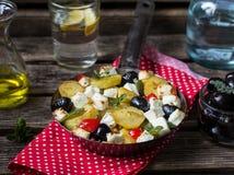 Griechische Kartoffelbratpfanne mit Feta, Oliven und Pfeffer Stockfotografie