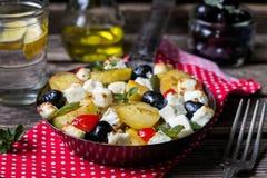Griechische Kartoffelbratpfanne mit Feta, Oliven und Pfeffer Lizenzfreies Stockbild