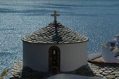 Griechische Kirche über dem Meer Stockfotos