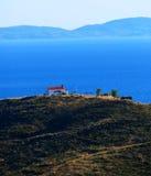Griechische Kirche auf übersehenmeer des Hügels lizenzfreie stockfotos