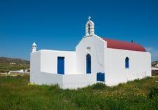 Griechische Kirche der Familie im Dorf auf einer Wiese Lizenzfreie Stockfotografie