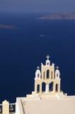Griechische Kirche, die den Schacht von Santorini übersieht, Stockfotos