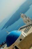Griechische Kirche mit Vulkan-Ansicht Stockbilder