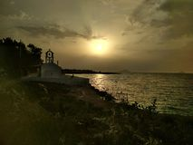 Griechische Kirche am Sonnenuntergang stockbild