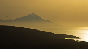 Griechische Küstenlandschaft nahe heiligem Berg Athos bei Sonnenaufgang, Chalkidiki Stockfotografie