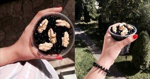 Griechische Nüsse und Schwarze Johannisbeeren in einem Glas Stockbild