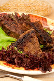 Griechische nationale Küche - gebratene Scheiben einer Leber Stockfotografie
