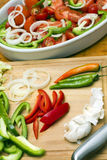 Griechische Salatbestandteile auf einem Ausschnittvorstand Stockfotos