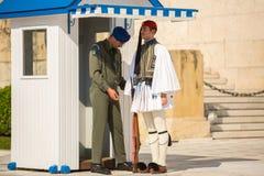 Griechische Soldaten Evzones, der in der Galauniform gekleidet wird, bezieht sich die auf Mitglieder der Präsidentenwache Stockfoto