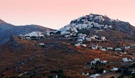 Griechische Stadt auf Bergabhang Stockfoto