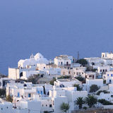 Griechische Stadt durch blaues Meer Lizenzfreie Stockfotografie