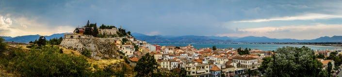 Griechische Stadt und Berge Lizenzfreie Stockfotografie