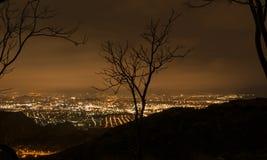 Griechische Stadt vom Berg bis zum Nacht Stockfotografie