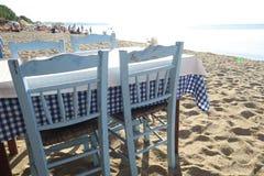 Griechische Tavernentabelle durch das Meer Stockfotos