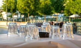 Griechische Tavernentabelle mit Gläsern Stockfotografie