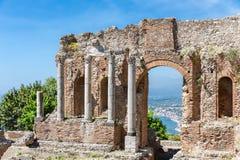 Griechische Theater Taormina-Stadt mit a durch Blick bei Siciliy Stockfotos
