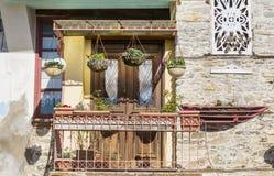 Griechischer Balkon der schönen Weinlese mit hängendem Topf blüht Lizenzfreie Stockfotos