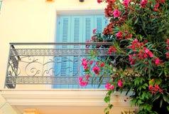Griechischer Balkon mit Hibiscusblume Stockbilder