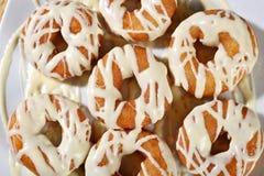 Griechischer Donut mit Sirup und Creme loukoumades lizenzfreie stockbilder