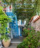 Griechischer Dorf-Garten mit blauer Treppe stockbilder
