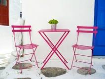 Griechischer Frühstückstisch und Stühle Stockfoto