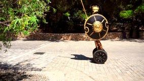 Griechischer Gladiator auf dem Gyroskop stock video footage