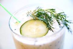 Griechischer Joghurt mit Gurke und Dill Lizenzfreie Stockfotos