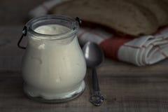 Griechischer Jogurt auf einem Weinleseholzhintergrund stockbild