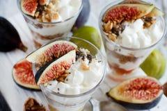 Griechischer Jogurt mit Feigen und Granola Lizenzfreie Stockfotografie