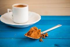 Griechischer Kaffee auf einer blauen Tabelle Stockfotografie